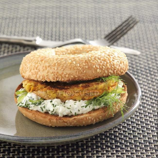 Hamburger vegetariano sulla zolla — Foto stock