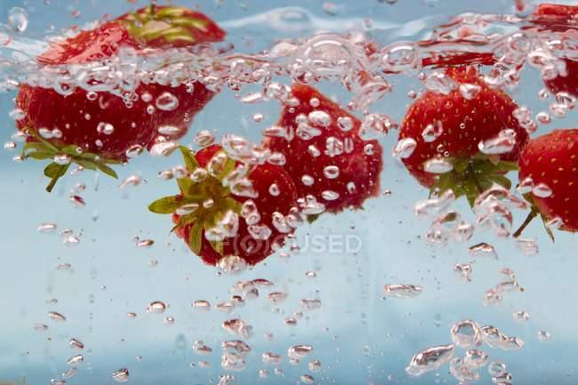 Fragole in acqua frizzante — Foto stock