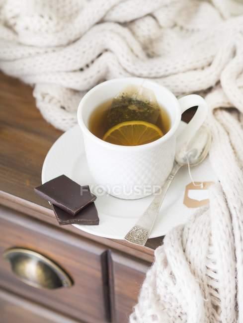 Чашка горячего чая с лимоном — стоковое фото