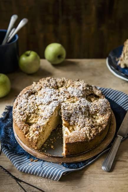 Яблочный пирог с грецкими орехами и овса — стоковое фото
