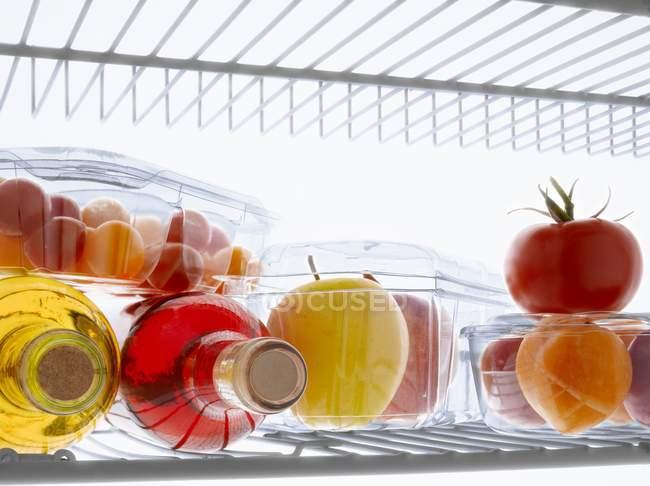 Продукты и бутылки в холодильнике — стоковое фото