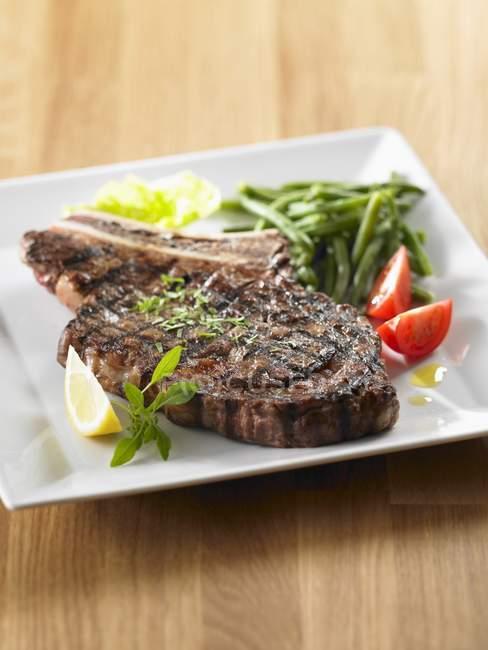 Gegrilltes Rindfleisch auf Platte — Stockfoto