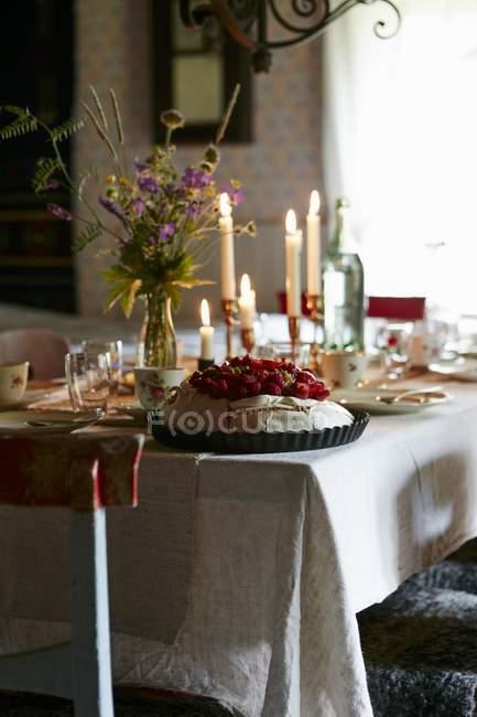 Натюрморт з Павлова і свічки на накритий стіл — стокове фото
