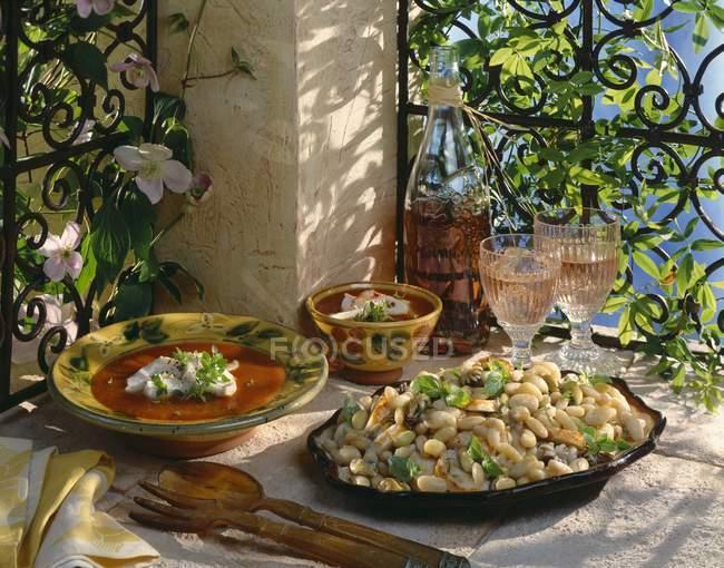 Провансаль страви за межами на тарілки над столом тканиною — стокове фото