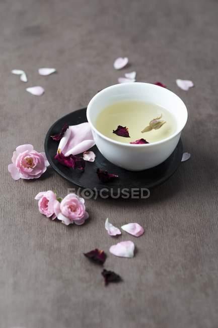 Крупним планом вид чаю і пелюстки троянд — стокове фото