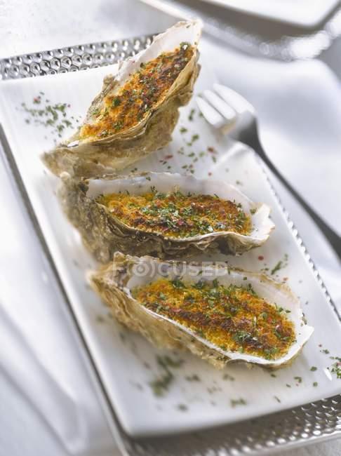Gegrillte Austern mit gehackter Petersilie — Stockfoto