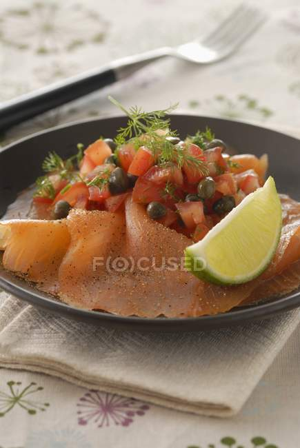 Карпаччо из лосося с лаймом — стоковое фото