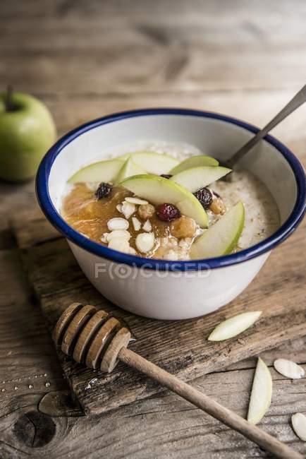 Каша apple з пюре з, мигдаль і меду — стокове фото