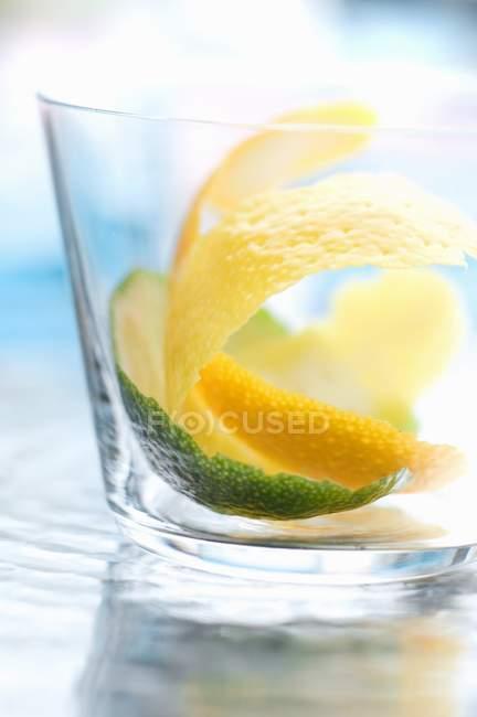 Nahaufnahme von Zitronen- und Limettenrinden im Glas — Stockfoto