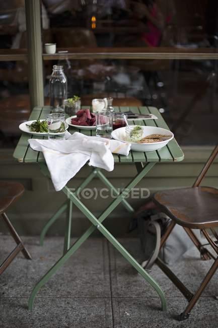 Стіл перед ресторан з різними закусками — стокове фото