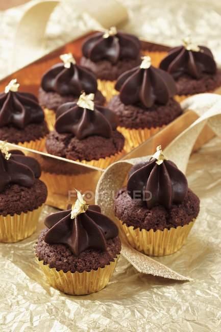 Мини Шоколад кексы с Золотые листья — стоковое фото