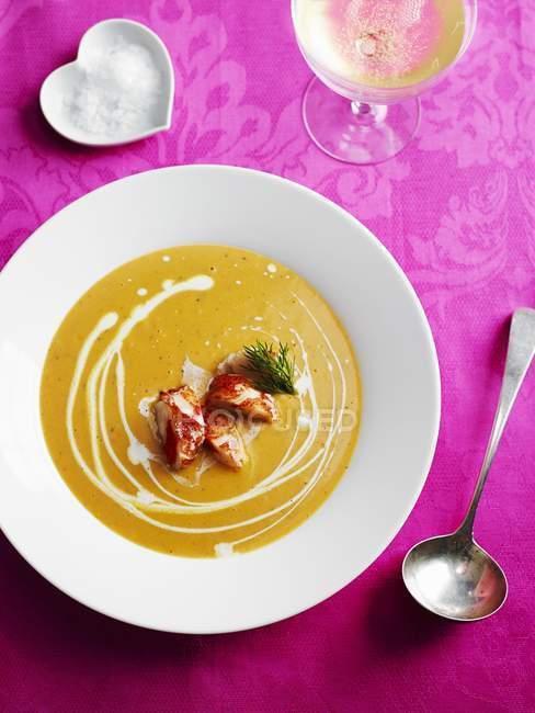 Primo piano vista di aragosta Bisque cremoso zuppa stagionata — Foto stock