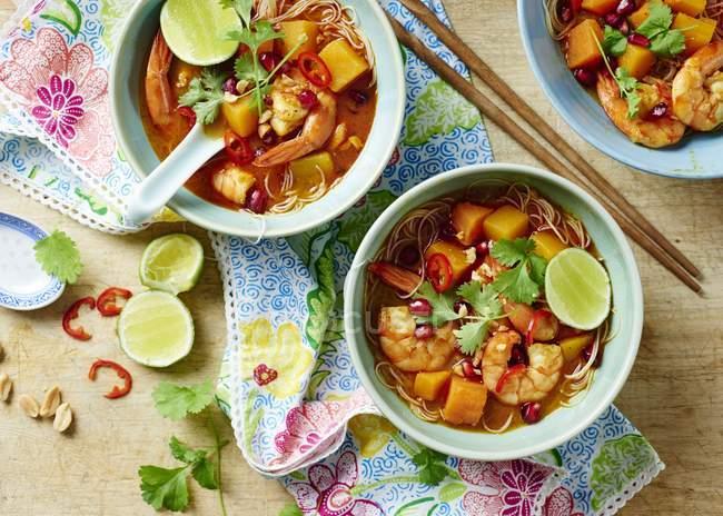 Trois portions de soupe de crevette Laksa dans des bols sur la table — Photo de stock