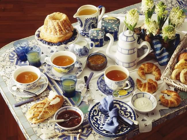 Организация завтрака блюда на столе — стоковое фото