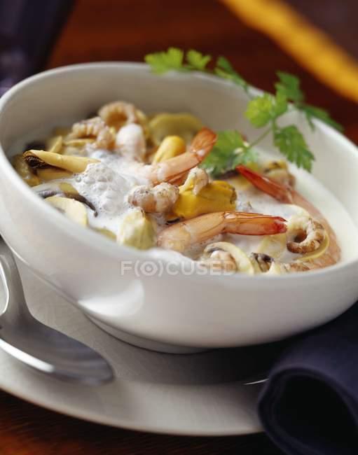 Vue de fruits de mer et crustacés à soupe aux herbes dans un bol — Photo de stock