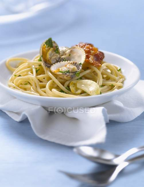 Spaghetti vongole pasta with clams — Stock Photo