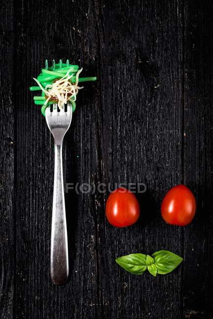 Italian pasta with tomatoes and basil — Stock Photo