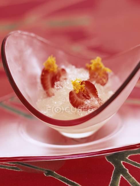 Крупным планом вид льда сладкого вина щербет с клубникой — стоковое фото