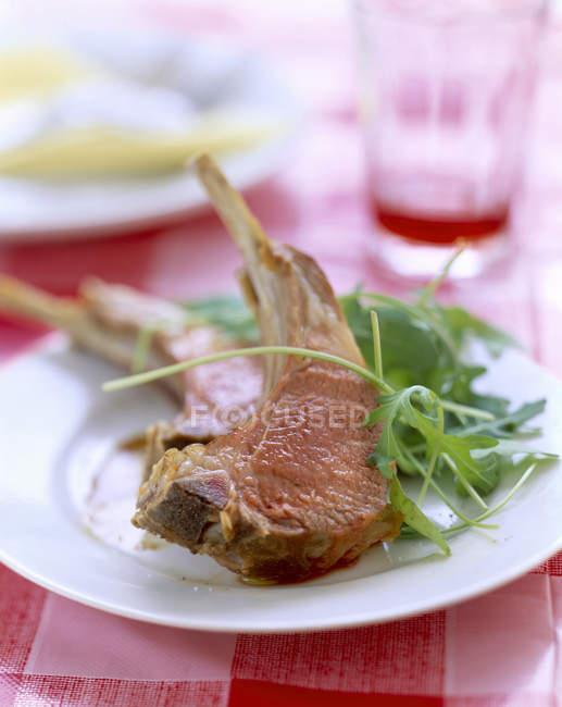 Côtelettes d'agneau avec fusée — Photo de stock