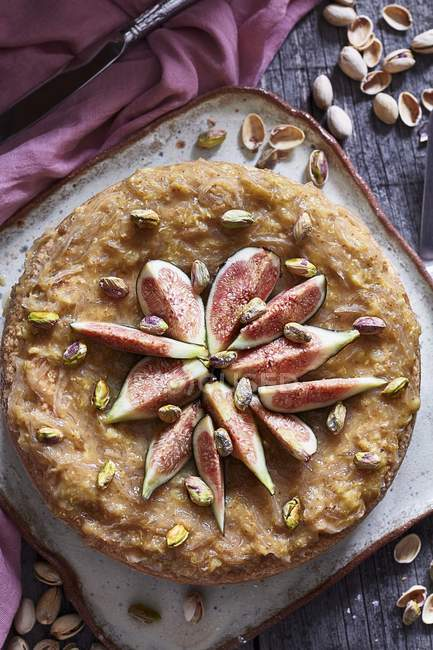 Cheesecake with figs and pistachios — Stock Photo
