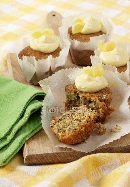 Varios cupcakes de llovizna de limón sin semillas - foto de stock