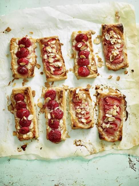Tartelettes aux fraises pâte feuilletée — Photo de stock
