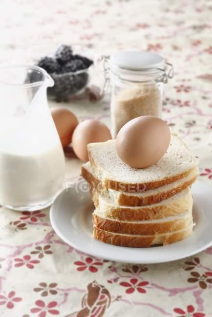Ingredents pour les français-pain, œufs et lait — Photo de stock