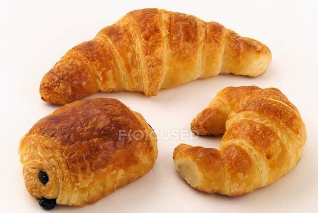 Pâtisserie viennoiserie sur surface blanche — Photo de stock