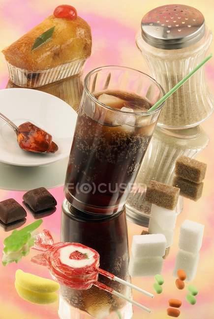 Closeup vista de variados produtos açucarados com Cola — Fotografia de Stock