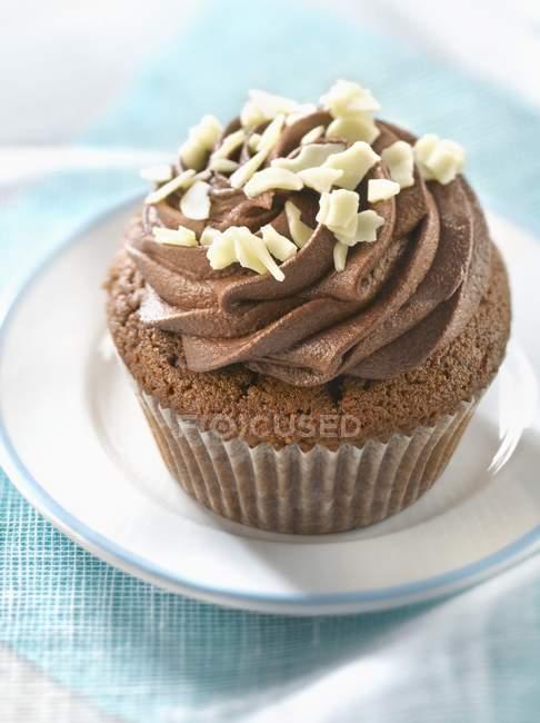 Cupcake al cioccolato sulla piastra — Foto stock