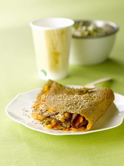 Buchweizen-Pfannkuchen auf Teller — Stockfoto