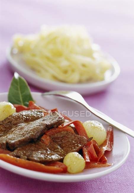 In Scheiben geschnitten Schweinefleisch mit Paprika und Tagliatelle Nudeln — Stockfoto