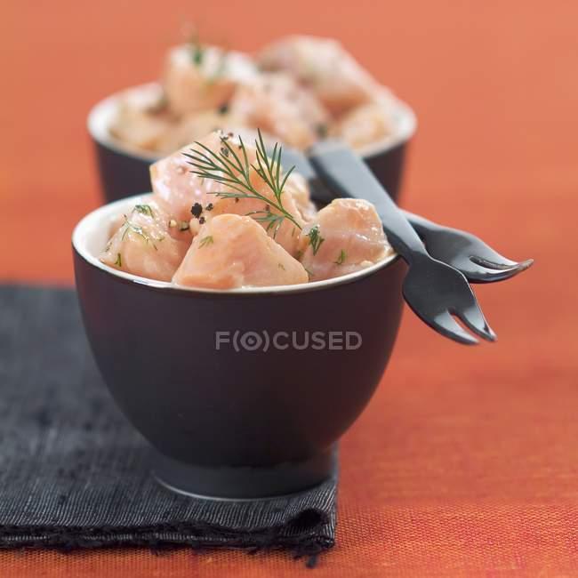 Маринованный лосось в чаши — стоковое фото