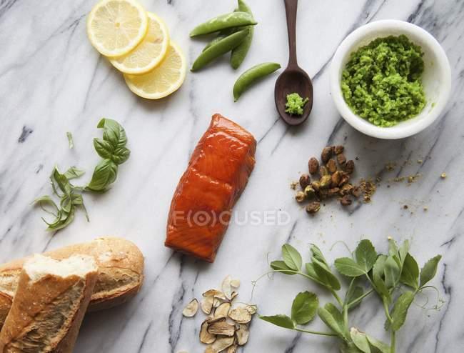 Ингредиенты для лосося Кростини — стоковое фото