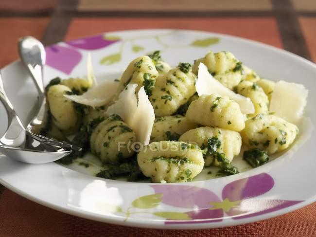 Ньокки макароны с тертым сыром и песто — стоковое фото