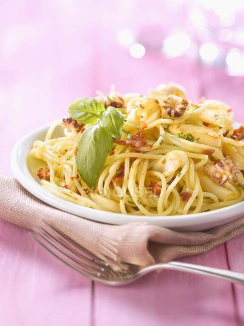 Spaghetti mit Tintenfisch auf Teller — Stockfoto