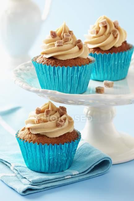 Queques de caramelo pegajosa com glacê de caramelo — Fotografia de Stock