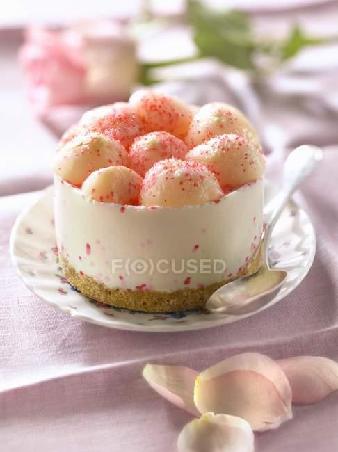 Torta di formaggio rosa in ciotola — Foto stock