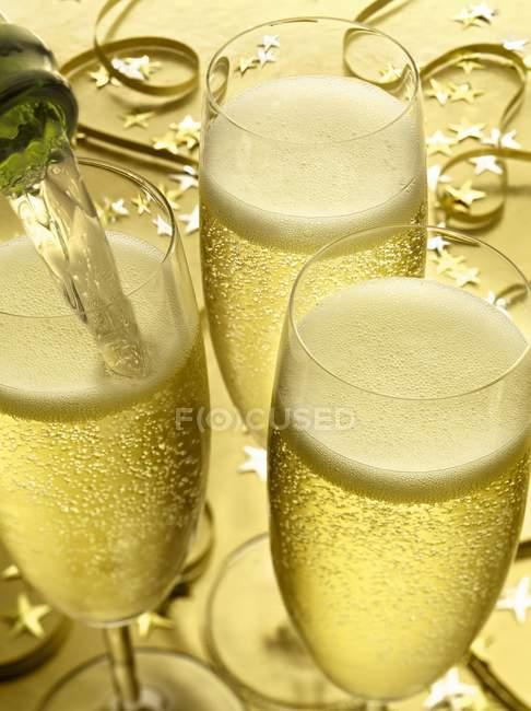 Champagner-Gläser auf festlichen Tisch — Stockfoto