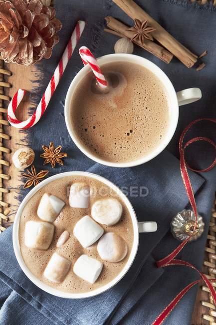 Duas xícaras grandes de chocolate — Fotografia de Stock