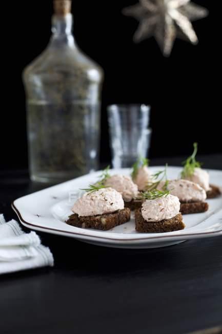 Rillette de salmón con queso crema - foto de stock