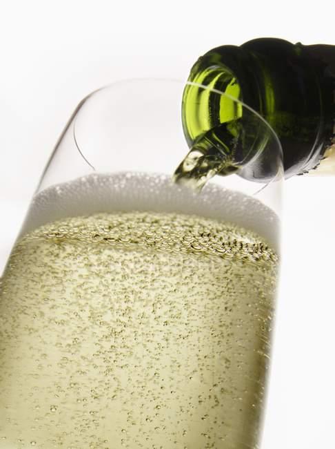 Шампанське розливають в елегантні скляні — стокове фото