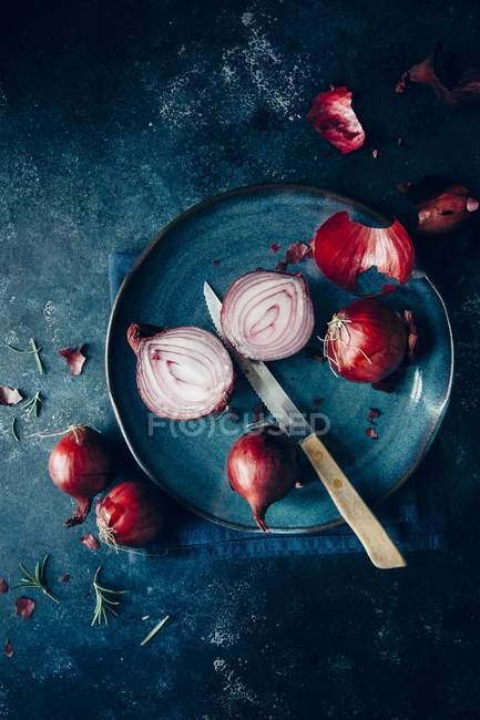 Red onions  on plate — Stock Photo