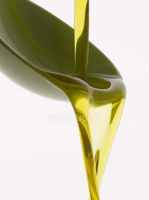 Verser l'huile d'olive dans une cuillère — Photo de stock