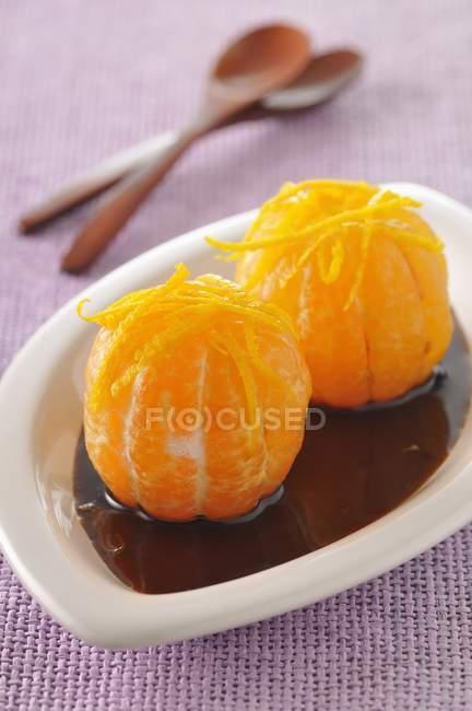 Mandarinas en salsa de caramelo - foto de stock