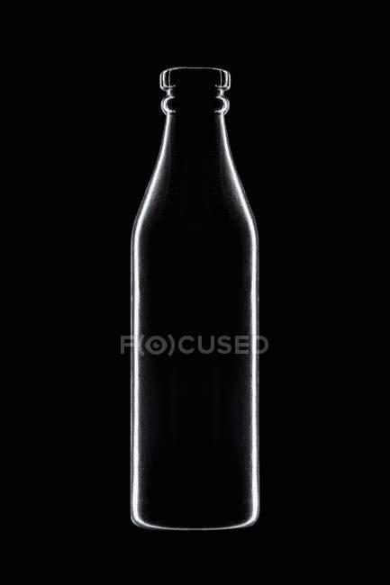 Vista close-up de forma de garrafa no fundo preto — Fotografia de Stock
