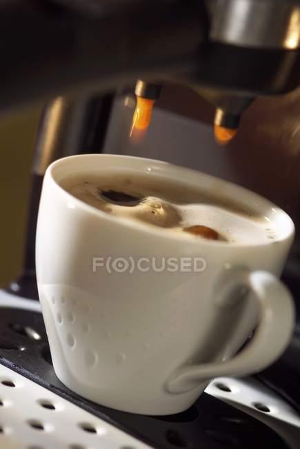 Tasse Kaffee unter Espresso-Maschine — Stockfoto