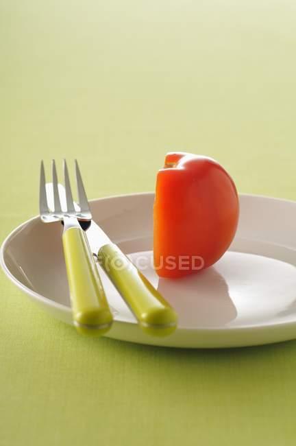 Eine halbe Tomate auf Platte — Stockfoto