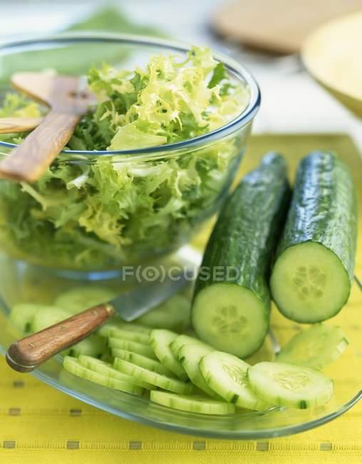 Огірки і кучеряве салату — стокове фото