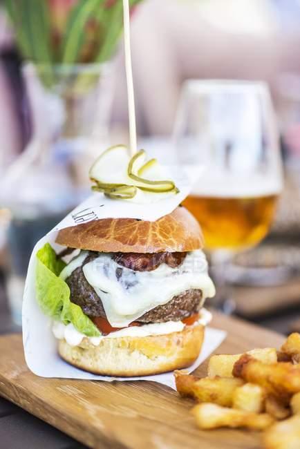 Hamburguesa con queso crema y papas fritas - foto de stock